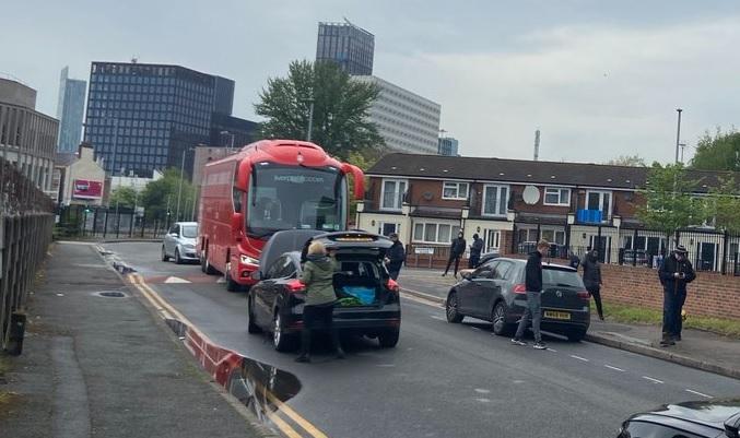 Bus Tim Liverpool Dihadang Suporter Man United saat Perjalanan ke