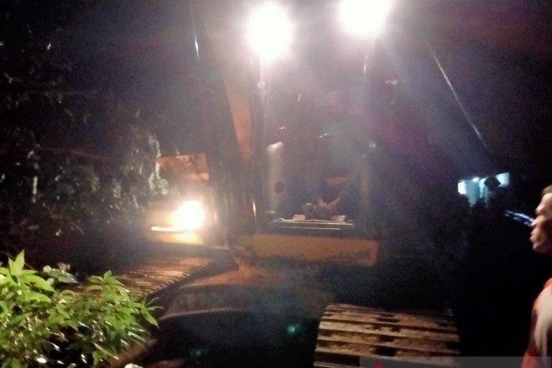Diterjang Longsor, Jalan Lintas Barat Riau-Sumbar Terputus : e-Kompas.ID News