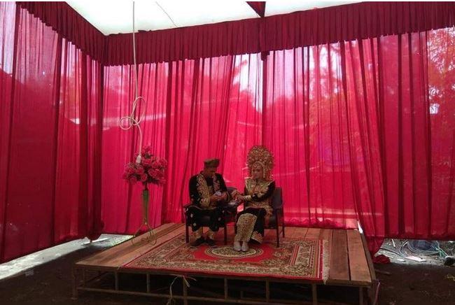 Ditipu Penyedia Jasa, Pasangan Pengantin Ini Menikah Hanya Beralas Karpet