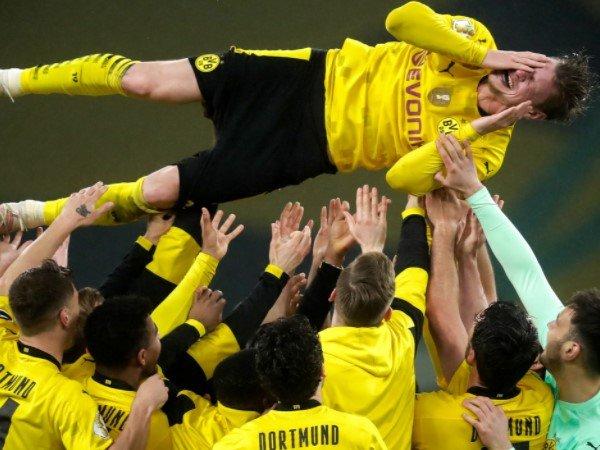 Dortmund Menangi DFB Pokal, Lukasz Piszczek Justru Menangis