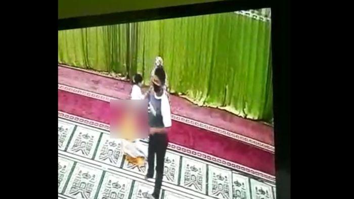 Terekam CCTV, Pria Ini Nekat Lecehkan Bocah di Dalam Masjid
